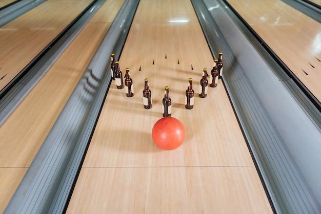 Questo sarà uno sciopero. palla da bowling che si avvicina alle bottiglie di birra