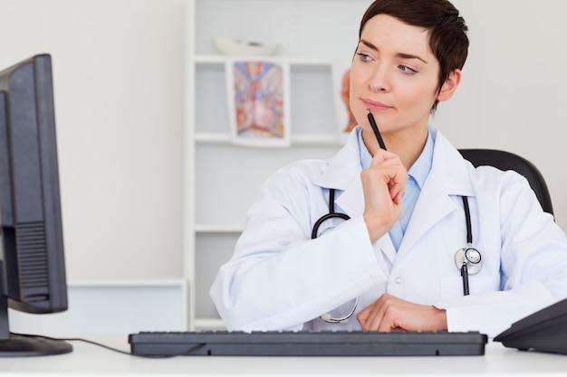 Dottore femminile pensoso