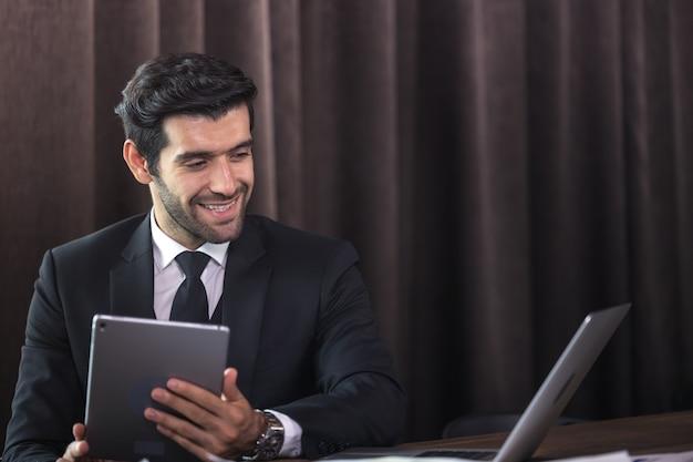 Imprenditore premuroso pensa al progetto sul posto di lavoro, nuova idea di ispirazione in ufficio a casa