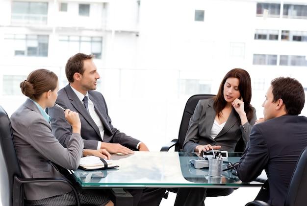 Donna di affari premurosa che parla con sua squadra nel corso di una riunione