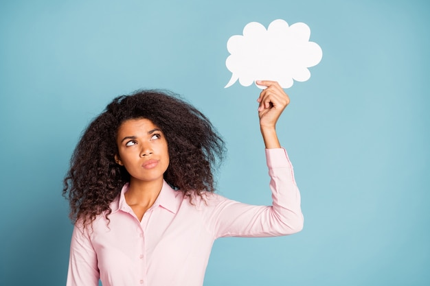 Premurosa signora che tiene il pensiero della mente della nuvola di carta