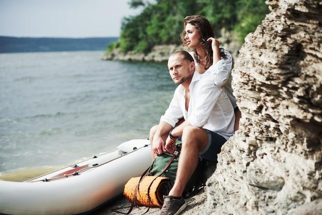 Sguardo premuroso. i turisti soddisfatti del viaggio che fanno sullo sfondo degli alberi vicino alla barca.