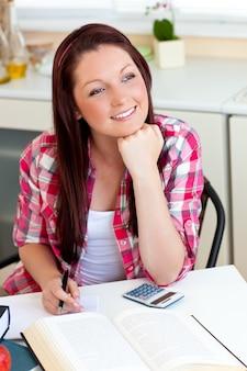 Studente premuroso che fa i suoi compiti a casa