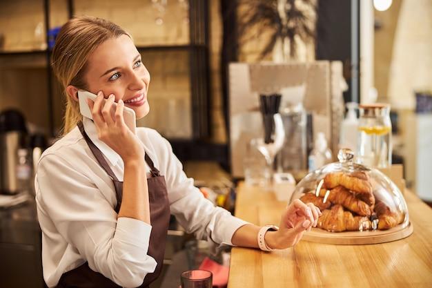 La donna premurosa sta parlando al telefono cellulare