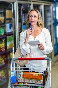 Donna premurosa al supermercato