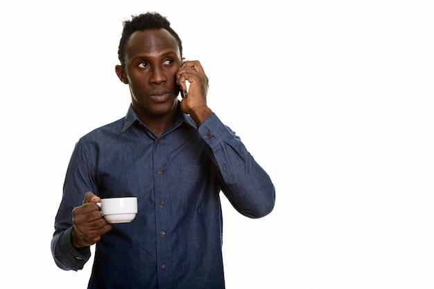 Giovane uomo nero africano premuroso che parla sul telefono cellulare