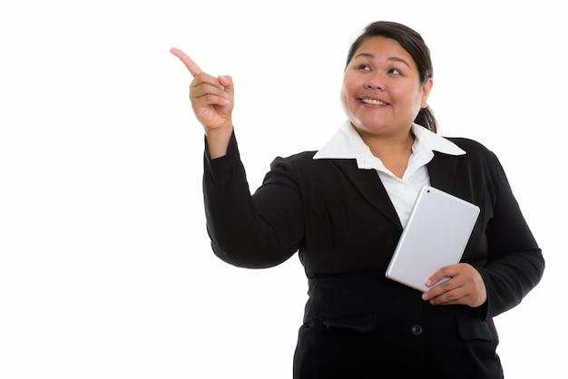 Giovane donna di affari asiatica grassa felice premurosa che sorride