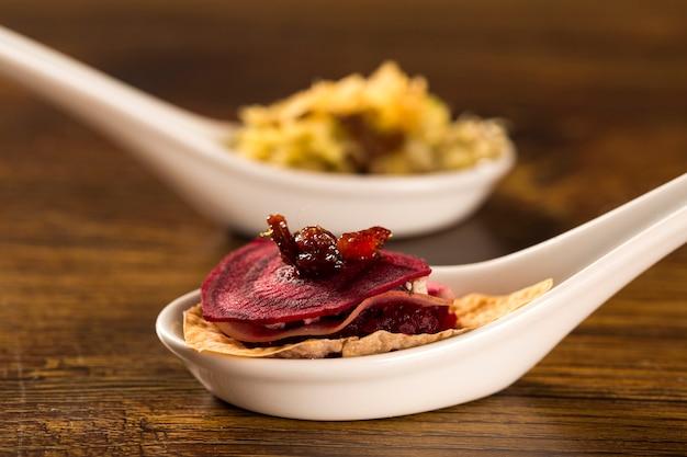 Mille foglie di ravanello e barbabietola con julienne di pancetta caramellata al cucchiaio