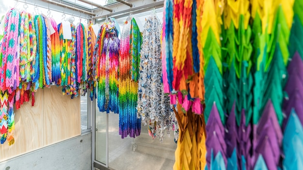 Migliaia di gru origami da tutto il mondo nel monumento alla pace dei bambini in giappone