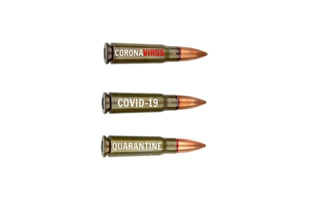 Tre cartucce da 7,62 mm per un fucile d'assalto kalashnikov con la scritta coronavirus