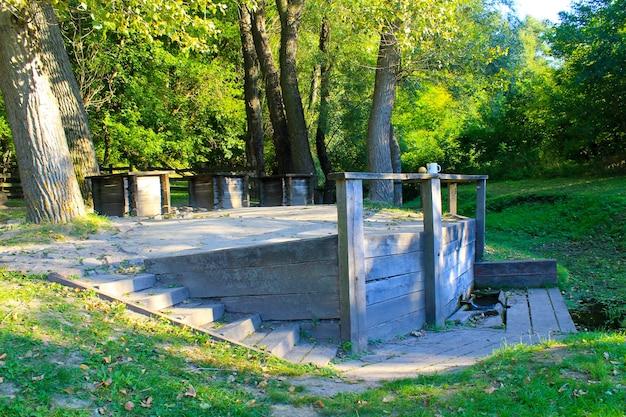 Tre antichi pozzi di legno nella foresta, ucraina