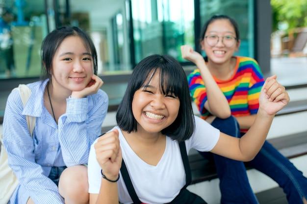 Tre asiatici adolescente felicità faccia all'aperto