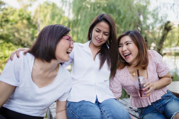 Tre donne asiatiche che ride con emozione di felicità