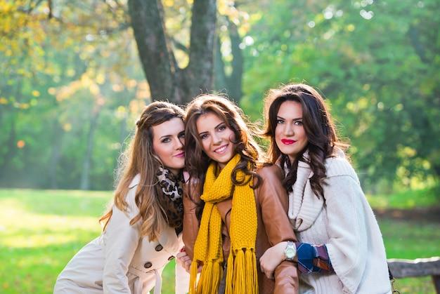 Tre belle donne che parlano e si divertono nel parco