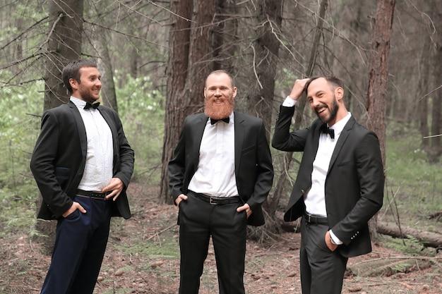 Tre soci in affari che parlano nel bosco. affari eco-compatibili