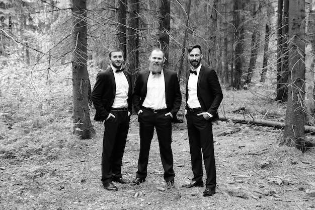Tre partner commerciali nella foto in bianco e nero amichevole e sostenibile di woodseco