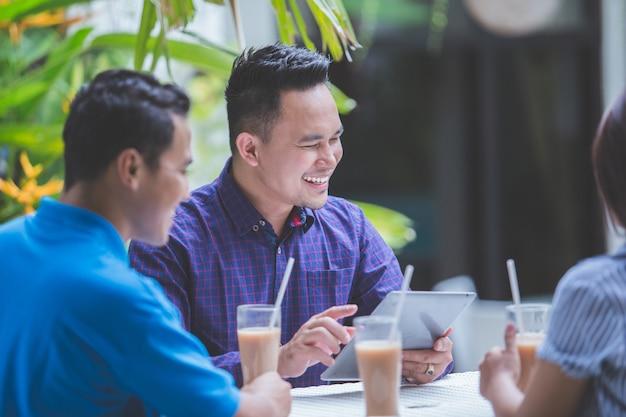 Tre uomini d'affari, riunioni nella caffetteria