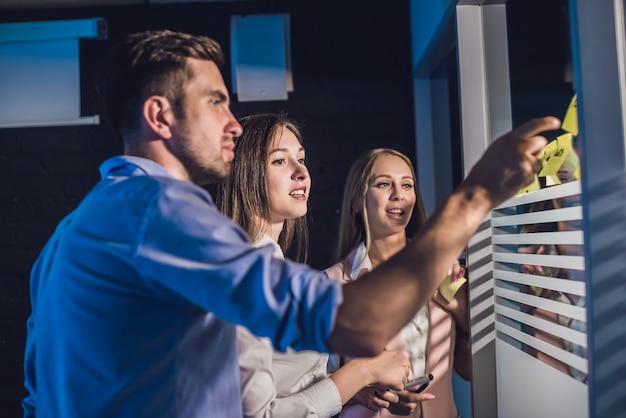 Tre persone di affari che discutono e che progettano concetto Foto Premium