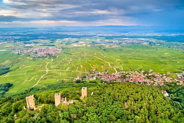 I tre castelli di eguisheim o husseren-les-chateaux nel dipartimento dell'alto reno - alsazia, francia