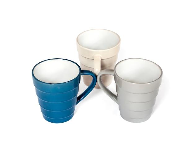 Tre tazze colorate con manici ruotati l'una verso l'altra