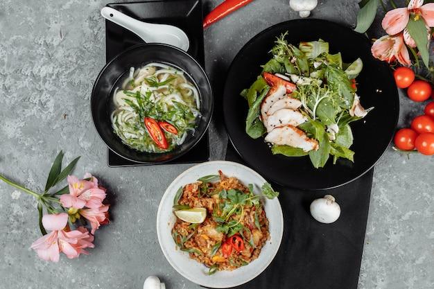 Menu fisso di tre portate per un pranzo sano e nutriente in un ristorante, tre portate al tavolo in un pranzo di lavoro, pranzo fisso con cibo
