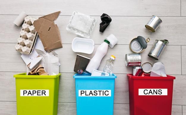 Tre contenitori diversi per l'ordinamento dei rifiuti. per plastica, carta, metallo
