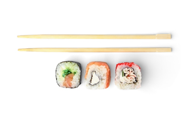 Tre diversi rotoli di sushi e bacchette di legno isolati su sfondo bianco.