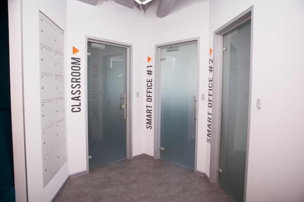 Tre porte per stanze di lavoro in un moderno edificio per uffici