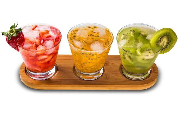 Tre drink a base di caipirinha al frutto della passione, fragola e kiwi