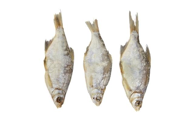 Tre pesci secchi isolati su bianco