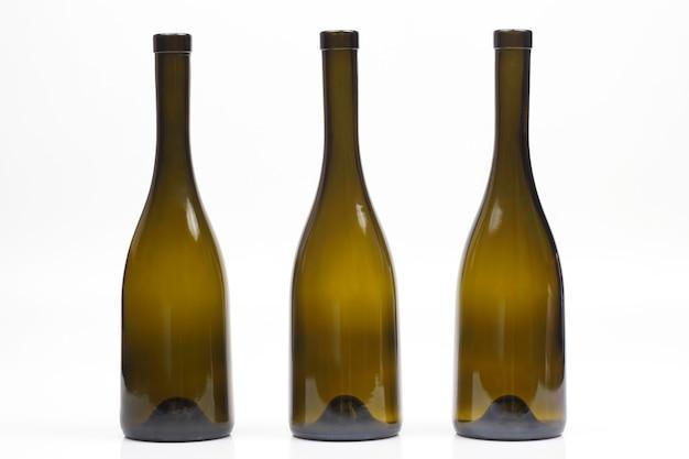 Tre bottiglie di vino vuote su sfondo bianco