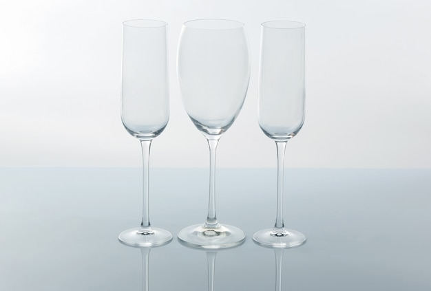 Tre bicchiere di vino vuoto su uno sfondo chiaro