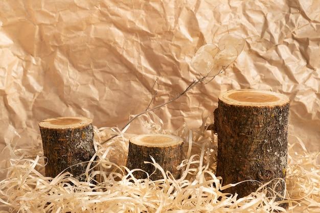 Tre podi di legno vuoti su una superficie beige. design monocromatico. per la presentazione di cosmetici.