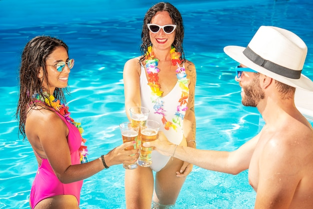 Tre amici festeggiano bevendo birra in vacanza