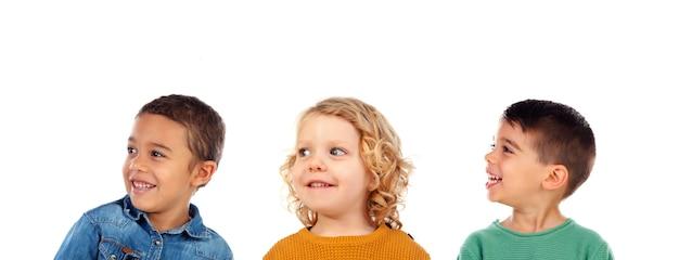 Tre bambini divertenti isolati su un bianco