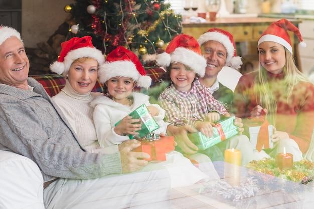 Una famiglia di tre generazioni che celebra natale