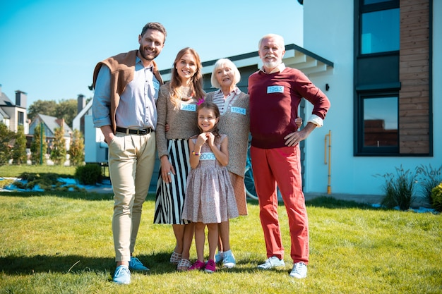 Famiglia da tre generazioni. famiglia allegra che esprime positività