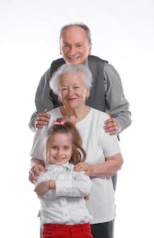 Tre generazioni in piedi in fila isolate