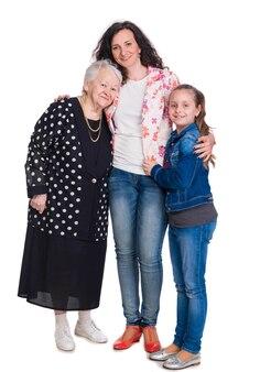 Tre generazioni di donne su un muro bianco