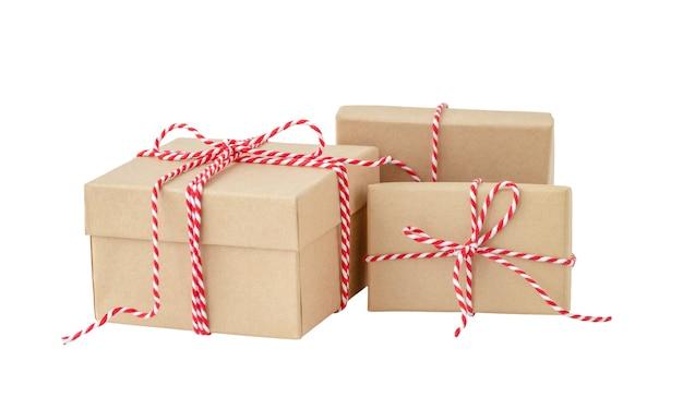 Tre scatole regalo con nastro rosso su sfondo bianco