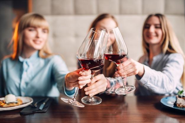 Tre amiche che tengono le bevande in bicchieri