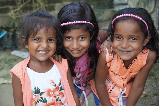 Tre ragazze sono con le faccine sorridenti