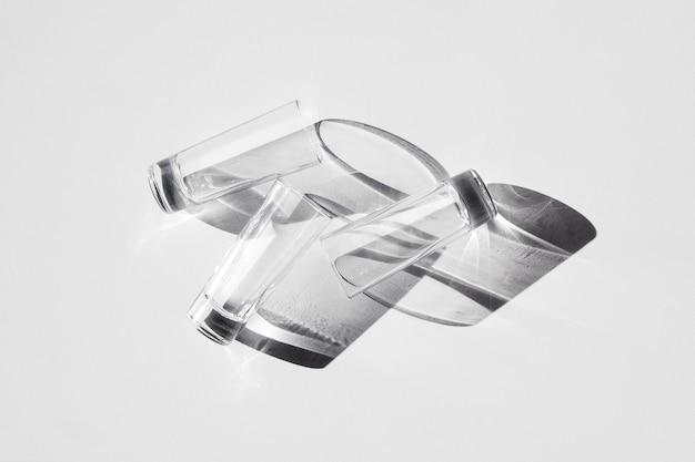 Tre bicchieri sdraiati sul tavolo
