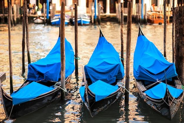 Tre gondole al tramonto a venezia, grand canal, italia.