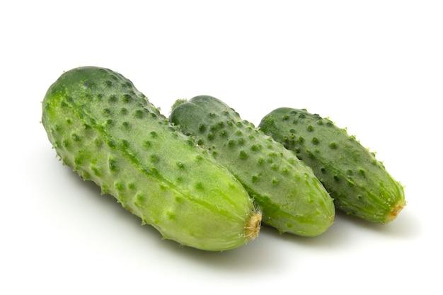 Tre cetrioli cetrioli verdi isolati su sfondo bianco.
