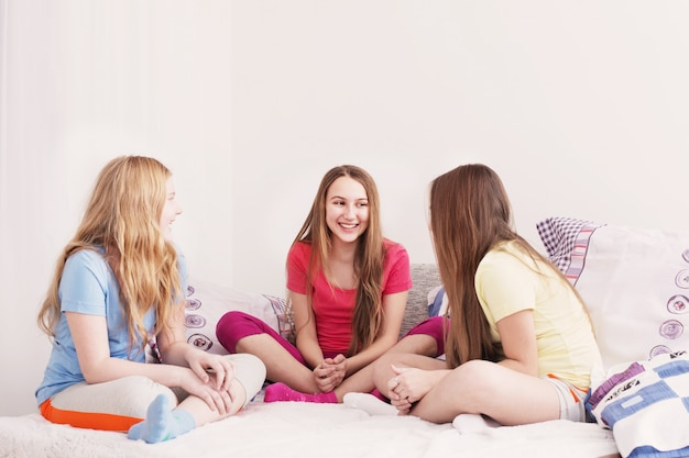Tre ragazze felici a casa