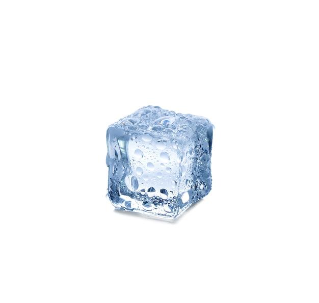 Tre cubetti di ghiaccio su sfondo bianco