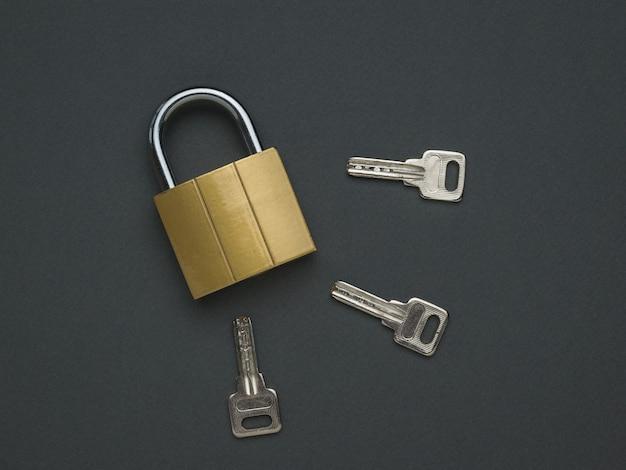 Tre chiavi e una serratura chiusa. il concetto di protezione e sicurezza. lay piatto.