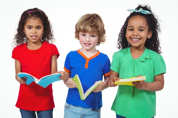 Tre bambini in piedi con i libri nelle loro mani