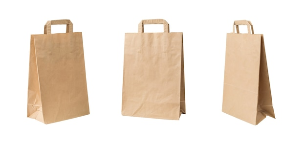Tre grandi sacchetti di carta con manici isolati su sfondo bianco.